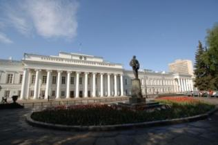 Памятник В.И.Ленину на «Сковородке».  Главное здание КГУ. Фото: Павлов В.Г.